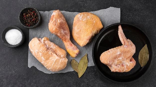 Assortimento di pollo congelato sul tavolo