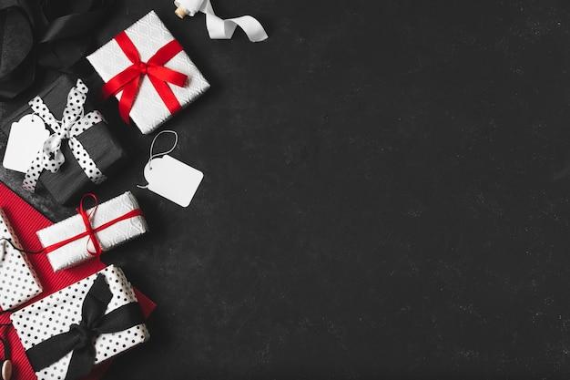 Assortimento di regali con tag e copia spazio