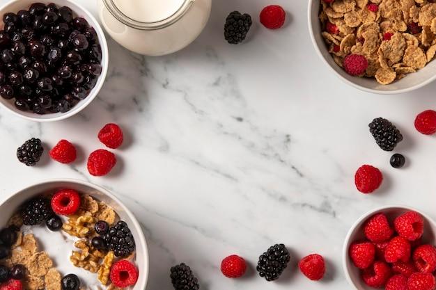 Assortimento di cereali sani ciotola con frutti di bosco