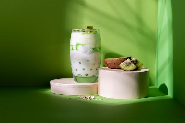 Assortimento di una sana colazione con yogurt