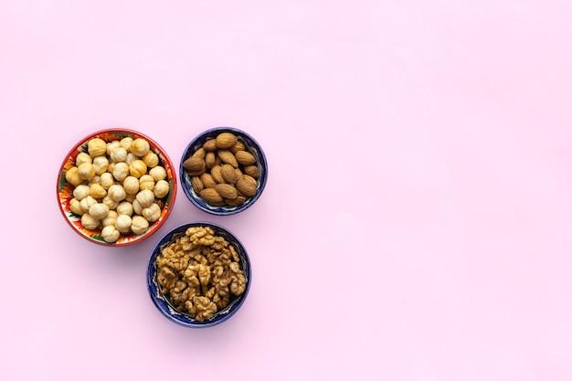 그릇에 견과류, 헤이즐넛, 아몬드, 호두의 구색 믹스. 평평한 평면도, 평면도