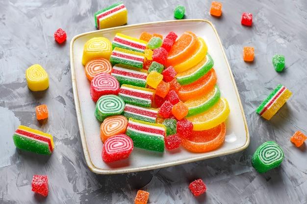 Assortimento di marmellate multicolori.