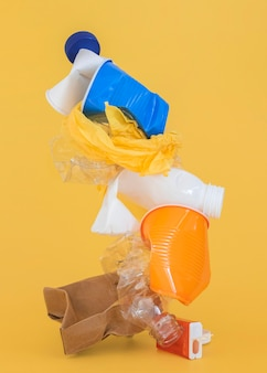 Assortimento di elementi in plastica non ecologici