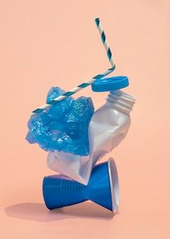 Assortimento di oggetti in plastica non ecologici