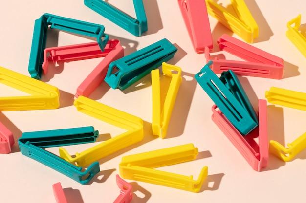 Assortimento di oggetti in plastica non ecologici Foto Gratuite