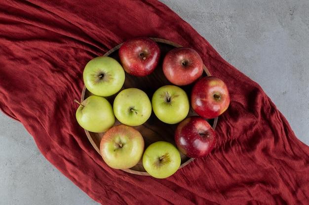 大理石のテーブルのトレイにリンゴの品揃え。