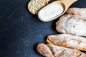 木製のテーブルの背景に焼いたパンの盛り合わせ