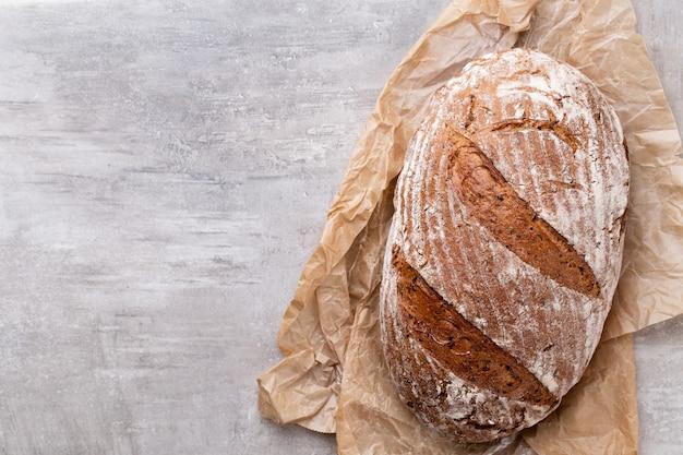 木製のテーブルで焼きたてのパンの品揃え。