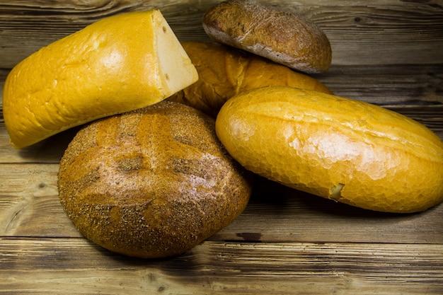 木製のテーブルに焼きたてのパンの品揃え