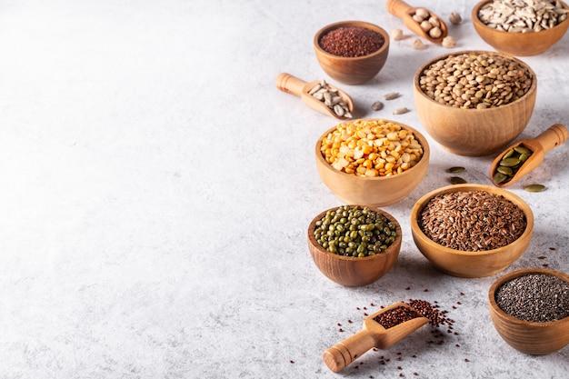 白い背景のコピースペースに豆、種子、マメ科植物の品揃え。