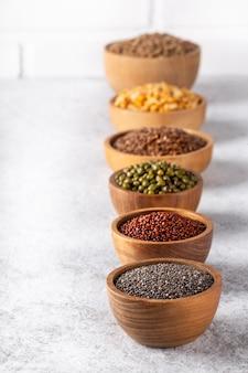 白い背景の垂直ショットに豆、種子、マメ科植物の品揃え。
