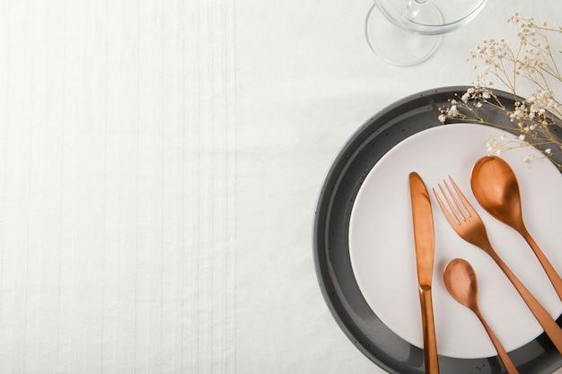 Ассортимент красивой посуды с копией пространства