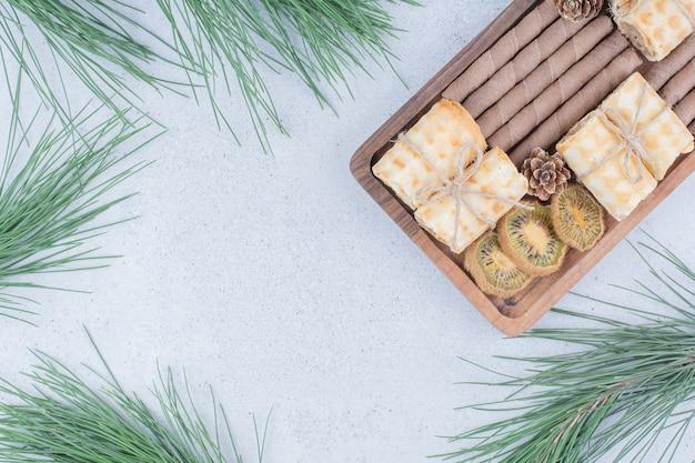 木の板にビスケットと乾燥キウイの品揃え。