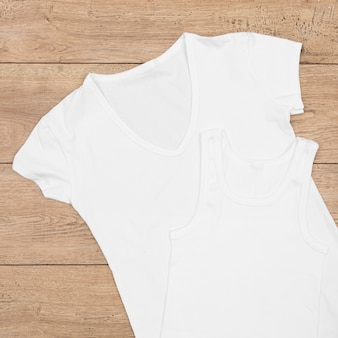 Ассортимент пустой футболки, изолированные на дереве