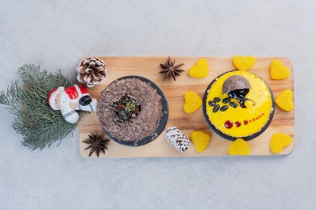 サンタと木の板のケーキの品揃え。