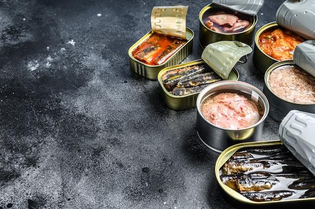 다양한 종류의 생선과 해산물로 통조림 된 다양한 캔