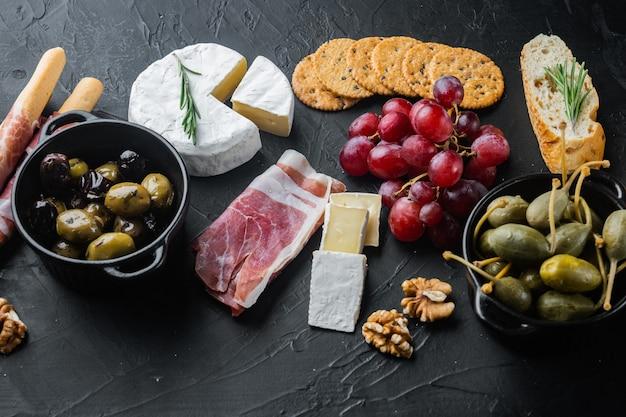 블랙 테이블에 치즈와 고기 전채의 구색 세트