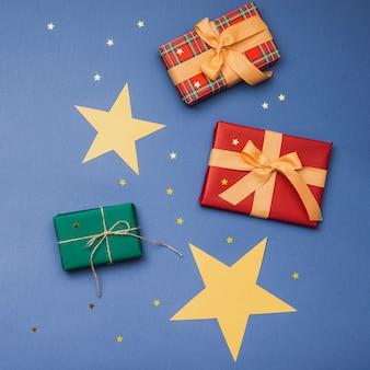 Ассортимент новогодних коробок с золотыми звездами