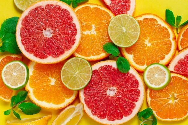 柑橘系の果物の品揃え、黄色の背景、上面図、人なし、水平、