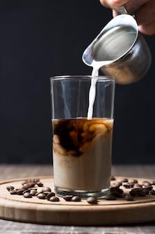 コーヒーと注ぐミルクの品揃え