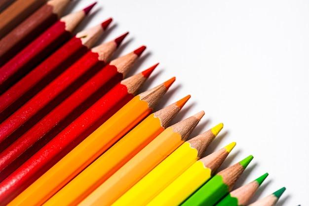 色鉛筆の品揃え。色鉛筆。さまざまな色の色鉛筆