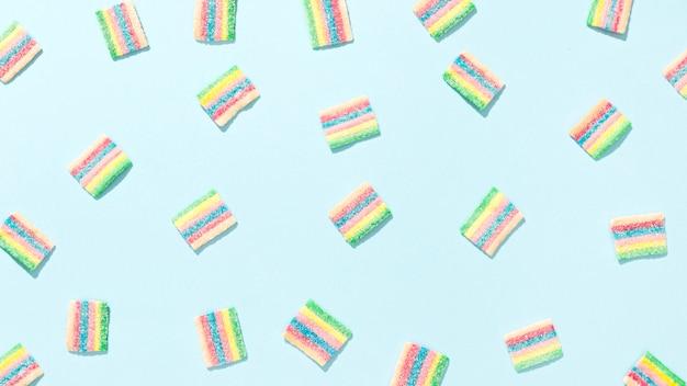 青色の背景にカラフルなキャンディーの品揃え