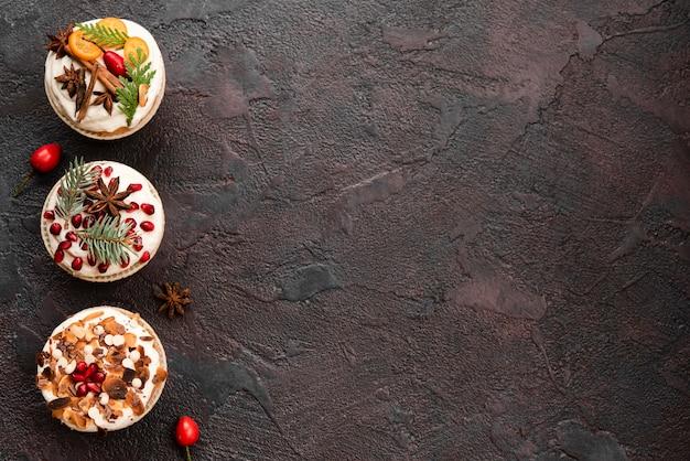 Ассортимент красочных украшенных кексов с копией пространства