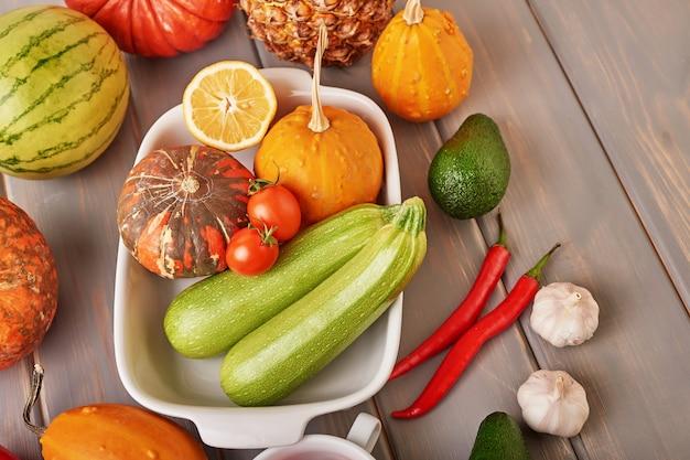 カラフルな新鮮な果物や野菜、コピースペースの品揃え。デトックス、ダイエット、きれいな食事、ベジタリアン、ビーガン、フィットネス、健康的なライフスタイルのコンセプト。新鮮なファーマーズマーケット。健康食品。ビタミン