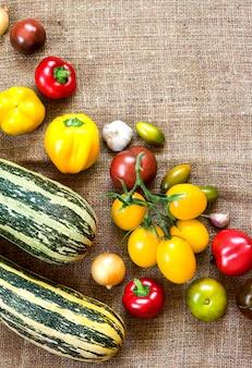 자루 배경에 다채로운 신선한 야채의 구색. 평평한 누워, 평면도. 공간을 복사하십시오.