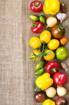 荒布の背景にカラフルな新鮮な野菜の品揃え
