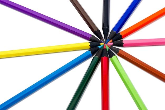 白い背景の上の色鉛筆の品揃え
