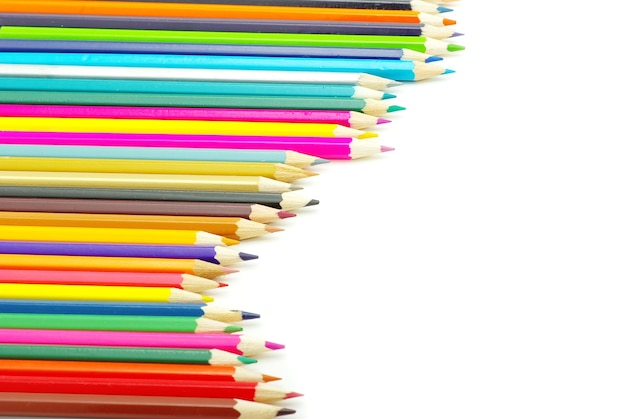 白い表面に色鉛筆の品揃え