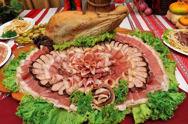 Ассортимент нарезки домашней колбасы и вяленого мяса
