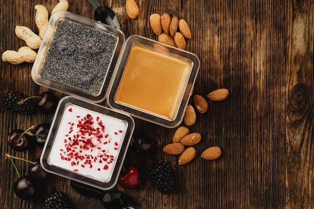 Ассортимент вкусных десертных коробок на деревянном столе