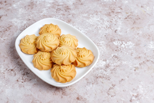 Ассортимент вкусного свежего печенья.