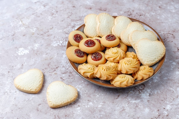 맛있는 신선한 쿠키의 구색.