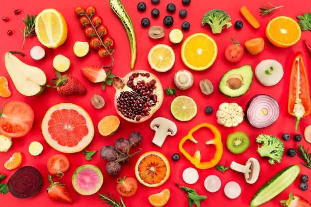 Ассорти из вкусных свежих овощей и фруктов