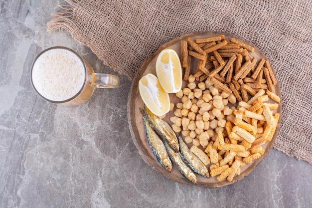 ビールと木片のおいしい軽食の品揃え。高品質の写真