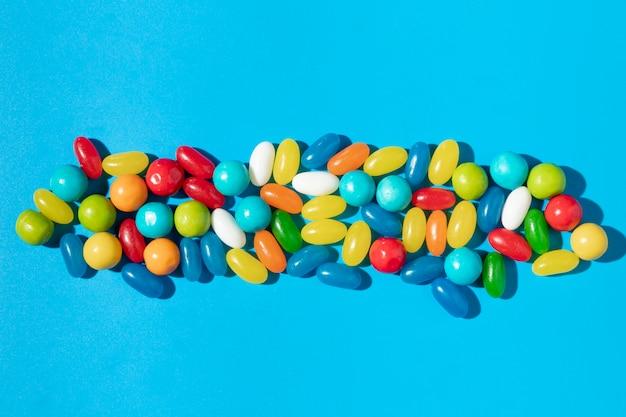 Ассортимент вкусных сладких красочных конфет