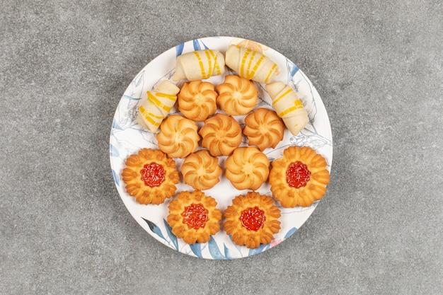 Ассортимент вкусных сладостей на красочной тарелке.