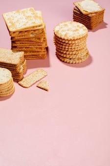 Ассортимент вкусных нездоровых закусок