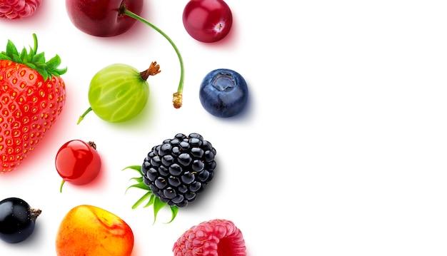 コピースペース、トップビューで白で隔離されるさまざまな果実の品揃え