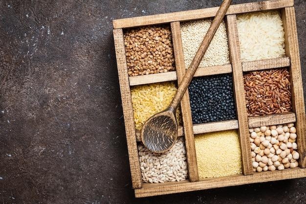 진한 갈색 상자에 다른 곡물과 씨앗의 구색