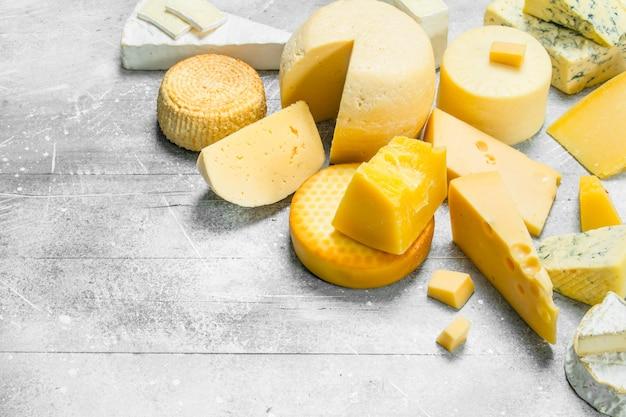 素朴なテーブルにさまざまなチーズの品揃え。