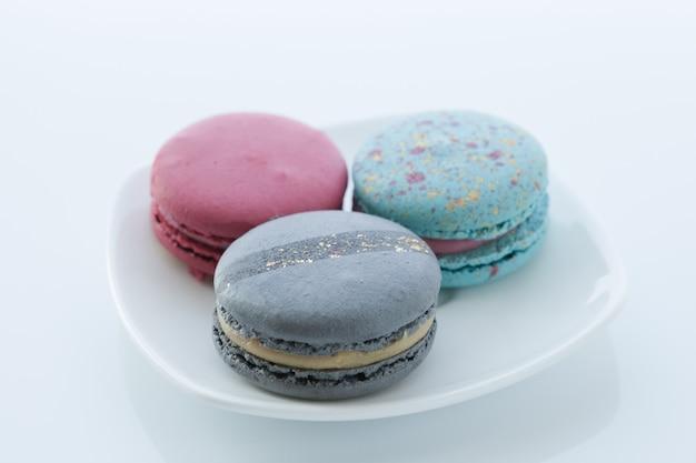 異なる色のマカロンの品揃えは、上面図の受け皿にあります