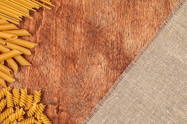 木製のさまざまな形のパスタの品揃え