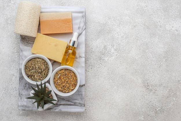 Ассортимент различных специальных растений с капельницей для масла и мылом