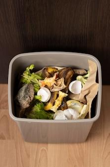 Ассортимент разных мусорных предметов