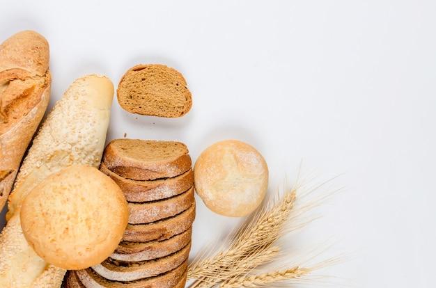 さまざまな種類のパン、パン、バゲット、パン、小麦の耳が付いたロールパンの品揃え