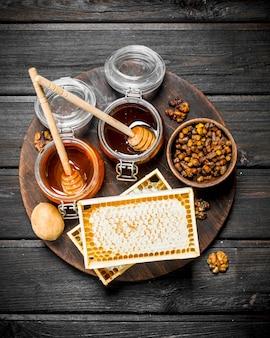 木製のテーブルにさまざまな種類の蜂蜜の品揃え。
